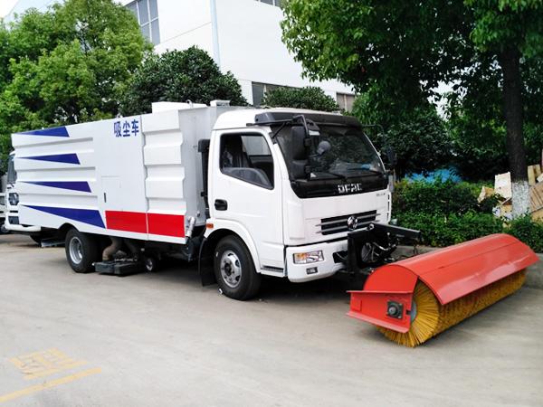 大多利卡通3800轴距吸尘车间加装2.5米扫雪滚刷